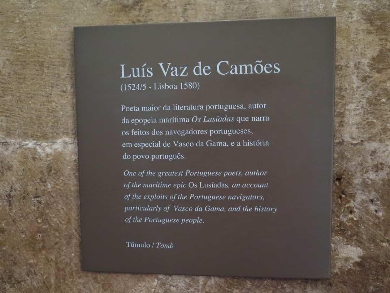 Placa de identificação ao lado do túmulo de Camões.