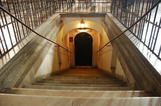 Visita às catacumbas da Catedral de Viena: escada de acesso à entrada