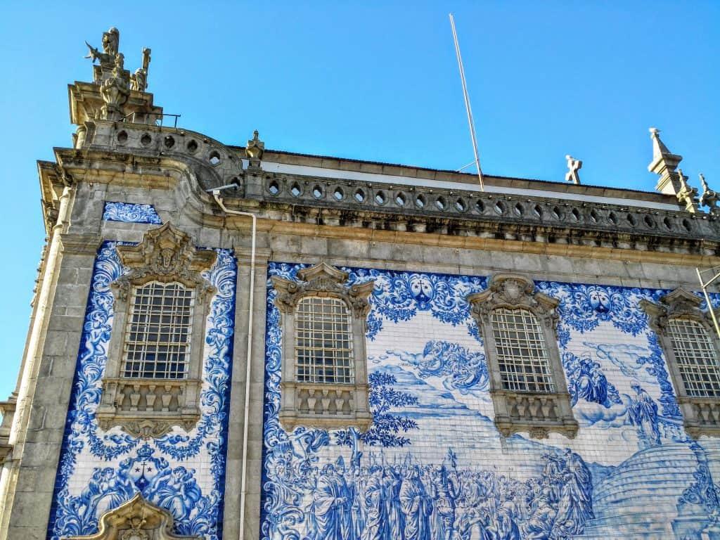 Azulejos na parte externa da Igreja do Carmo.