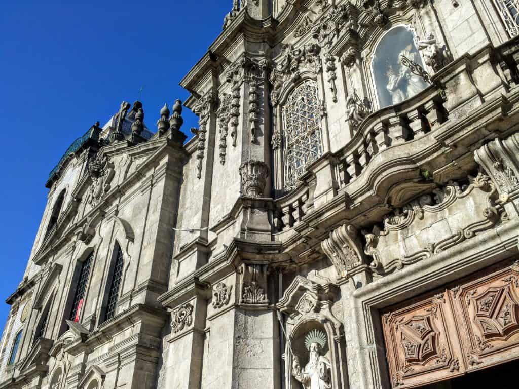 Outra visão da fachada da Igreja do Carmo.