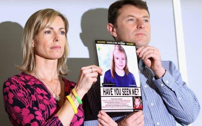 Os pais de Maddie McCann mostram cartaz da filha desaparecida