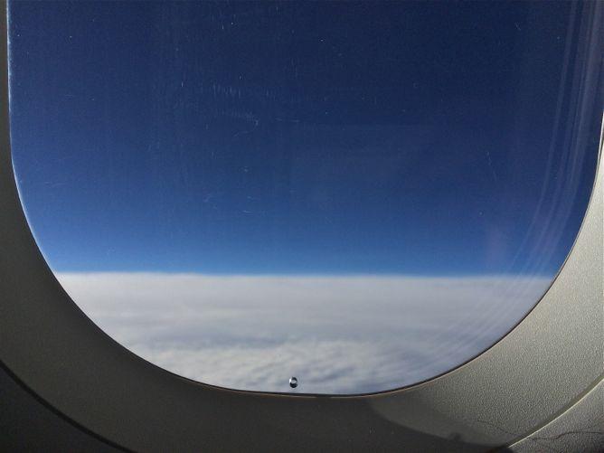 Furo em janela de avião