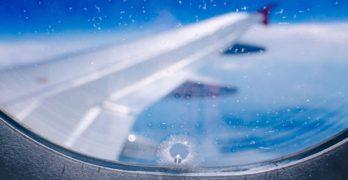 Por que há um pequeno furo nas janelas dos aviões?