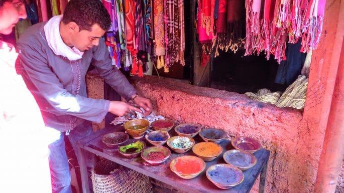 Mercado de tinturaria em Marrakech. Um funcionário explica o processo de tingimento.