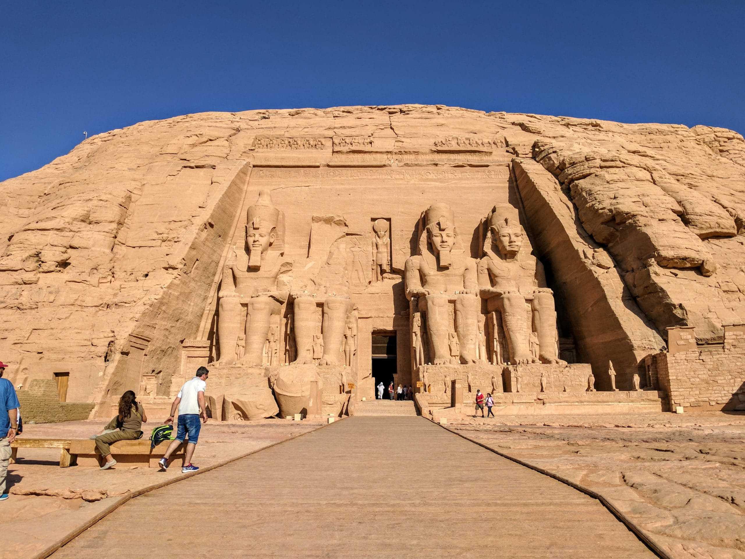 Fachada do Templo de Abu Simbel. Uma visita muito ligada à preocupação sobre qual a melhor época para visitar o Egito.
