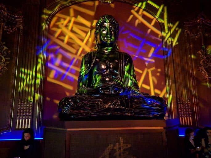 Buddha-Bar: gigantesca estátua de Buda no meio do salão