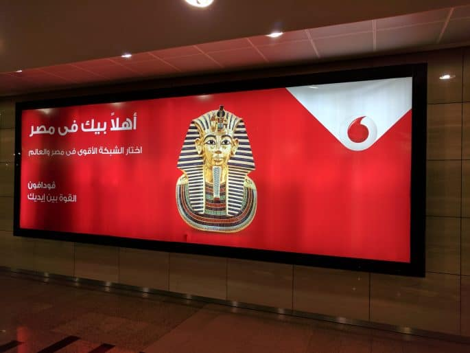 Vodafone no Egito: propaganda com máscara de Tutancamon.