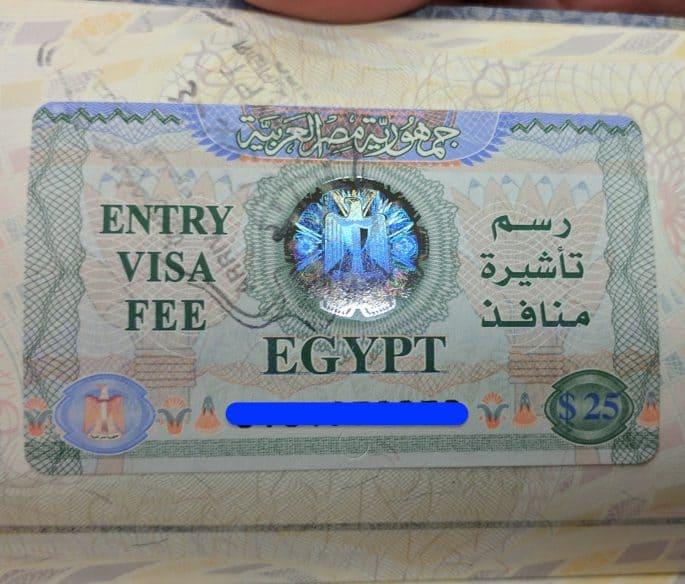 O visto para turismo no Egito agora colado em meu passaporte.