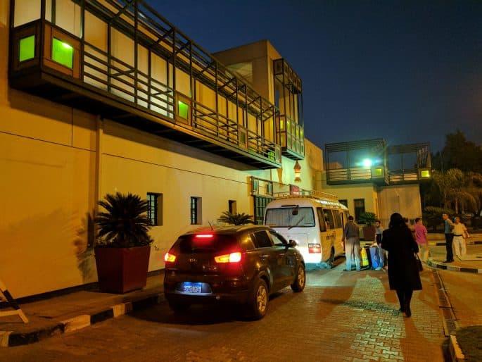 Carros diante de hotel no Cairo