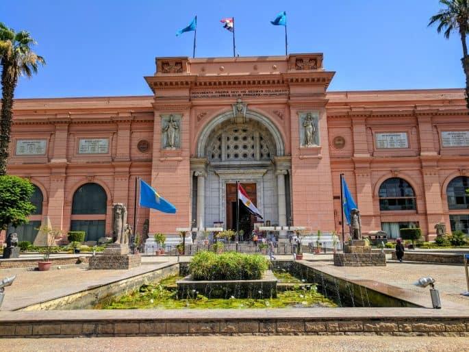 Papiro diante do Museu do Cairo