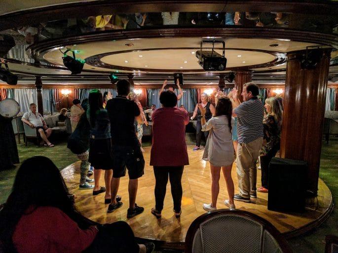 Cruzeiro no Rio Nilo | Festa no bar