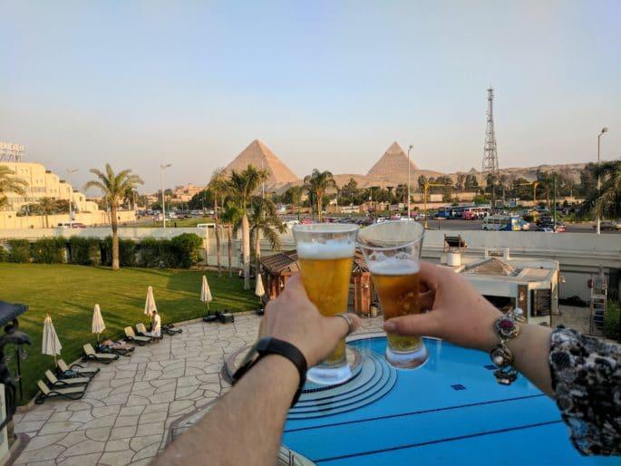 Um brinde diante das Grandes Pirâmides