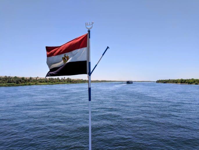 Bandeira do Egito no navio em cruzeiro pelo Rio Nilo