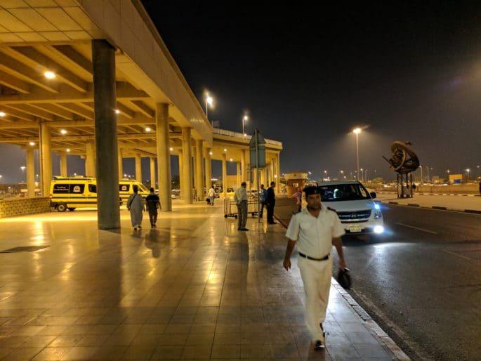 Aeroporto do Cairo | Em frente do aeroporto