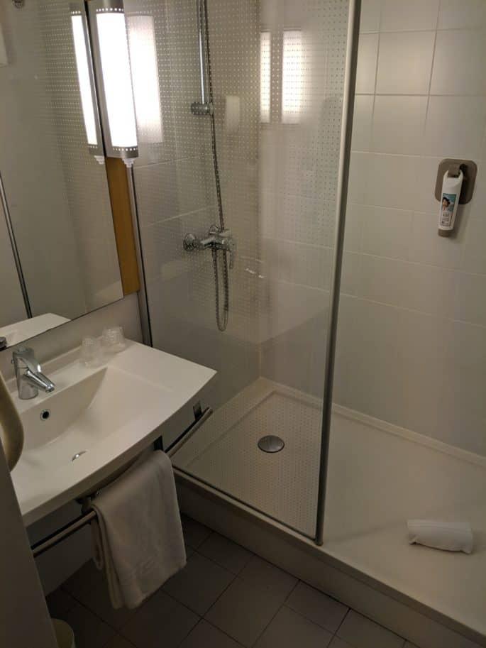 Banheiro no quarto do Hotel Ibis em Coimbra
