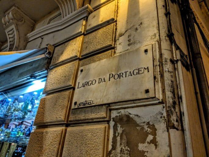 """Placa com o nome """"LARGO DA PORTAGEM""""."""