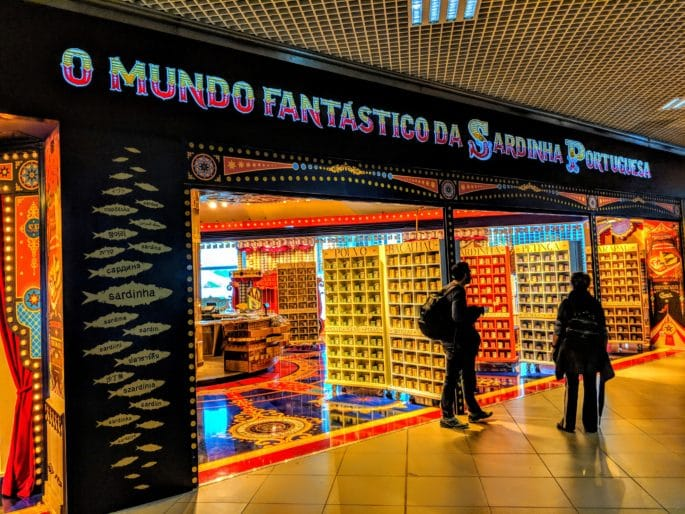 Mundo Fantástico da Sardinha Portuguesa: fachada da loja no aeroporto de Lisboa