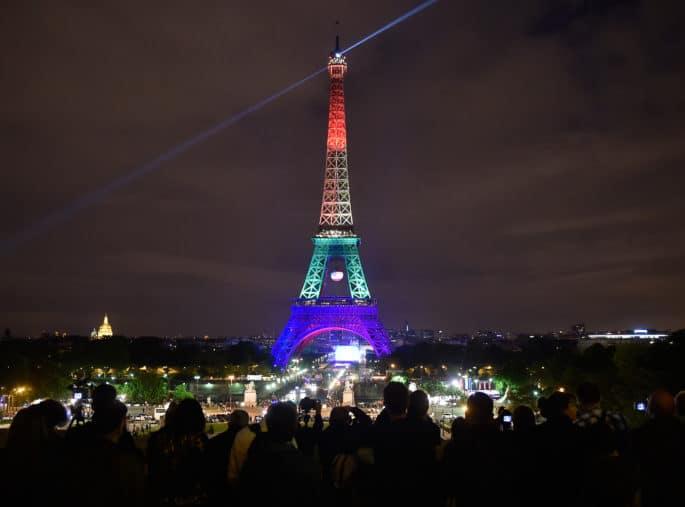 A Torre Eiffel ilumina-se com as cores LGBT do arco-íris.