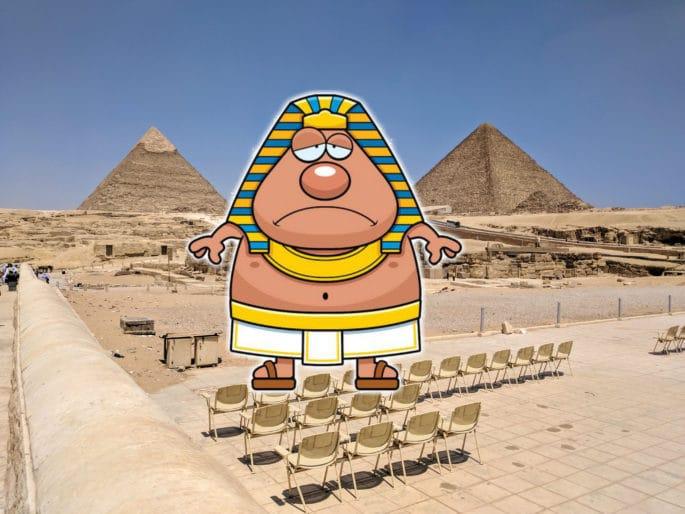 Faraó triste e as Grandes Pirâmides ao fundo