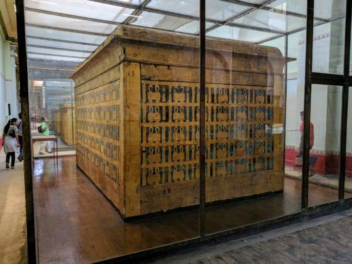 Interior do Museu do Cairo - Caixa com o sarcófago de Tutancamon