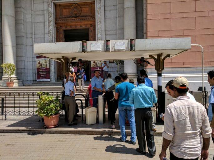 Fila de entrada para o Museu do Cairo