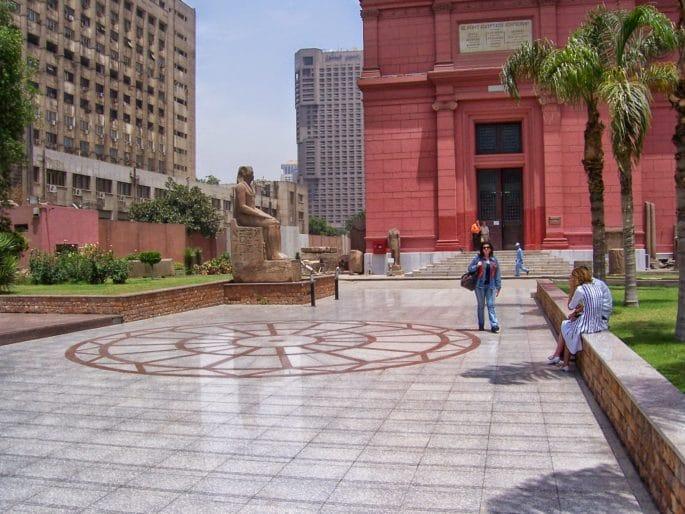 Fachada principal do Museu do Cairo - Área lateral