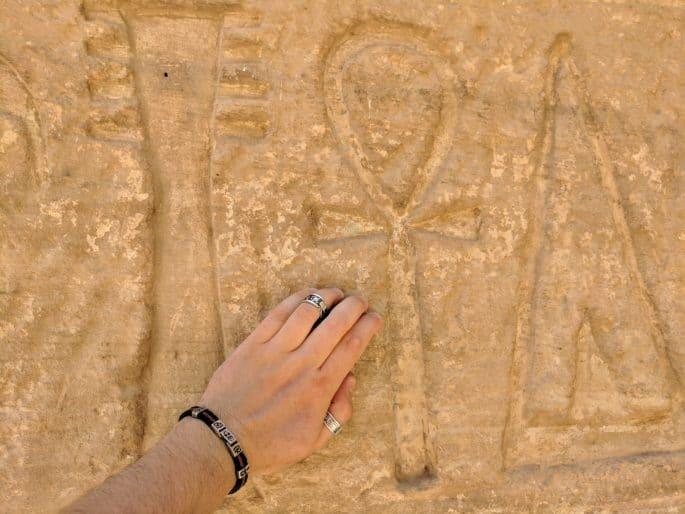 Templo de Medinet Habu: chave da vida em uma parede