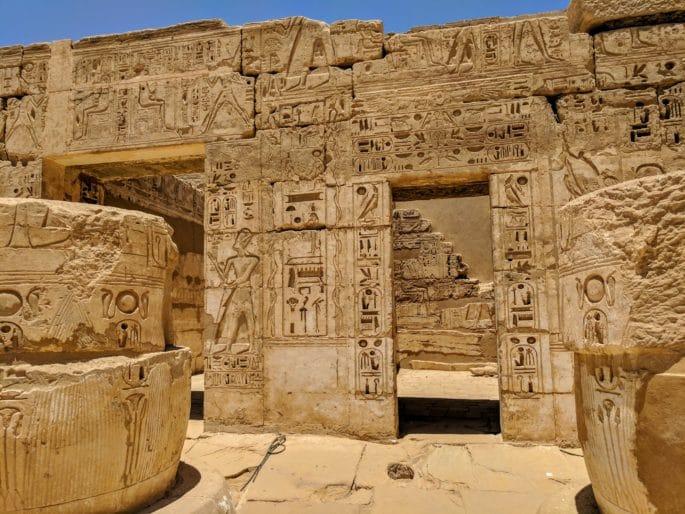 Templo de Medinet Habu: no interior com colunas