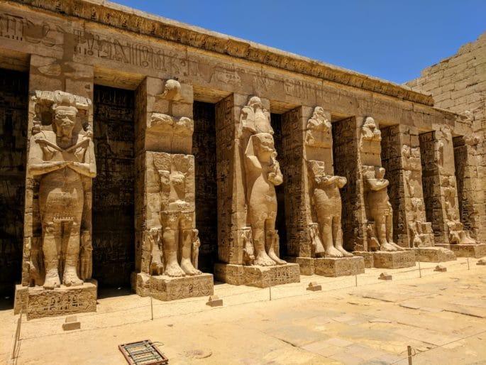 Templo de Medinet Habu: estátuas de Ramsés III