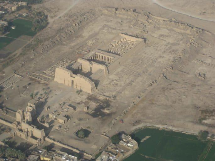 Vista aérea do Templo de Medinet Habu, ou Templo Mortuário de Ramsés III