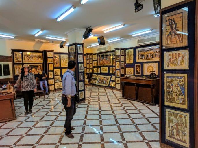 Loja de papiros no Cairo: exemplo de gastos opcionais em sua viagem no Egito