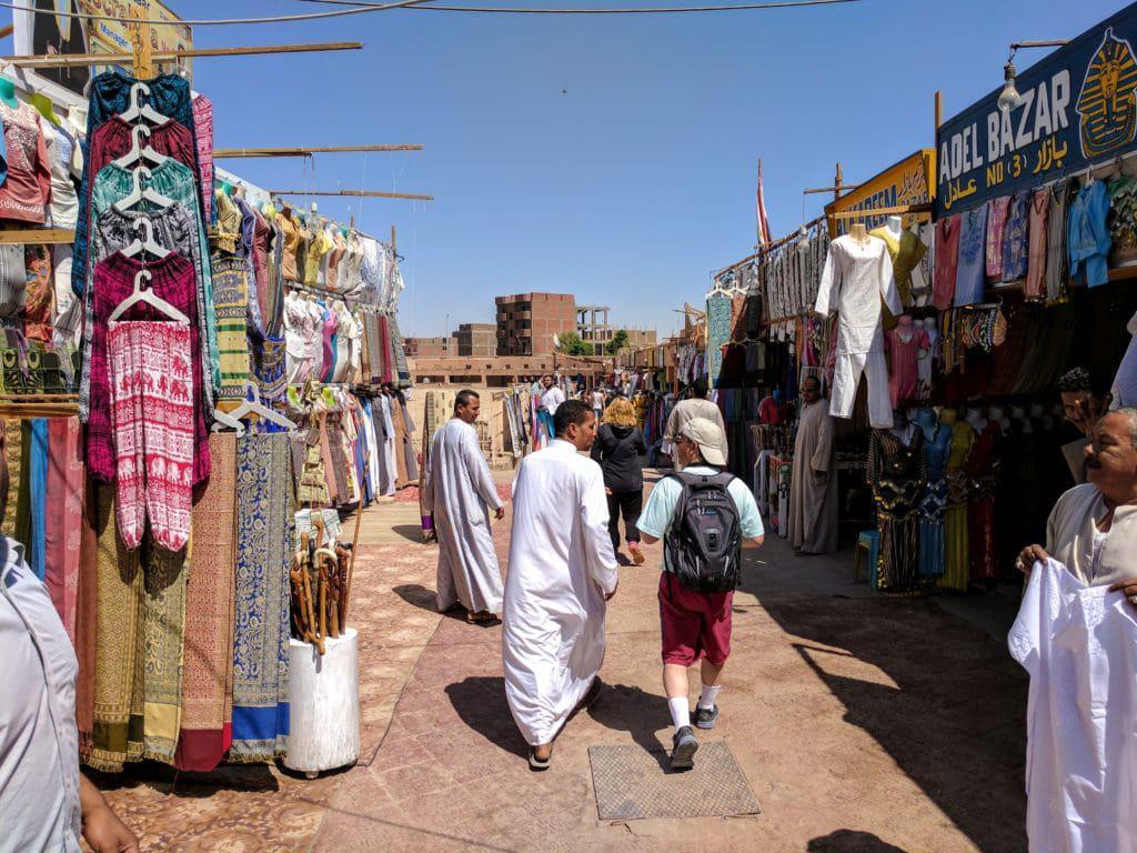 Trajes para turistas no Egito à venda em área turística. Roupas para mulheres no Egito também são fartas aqui.