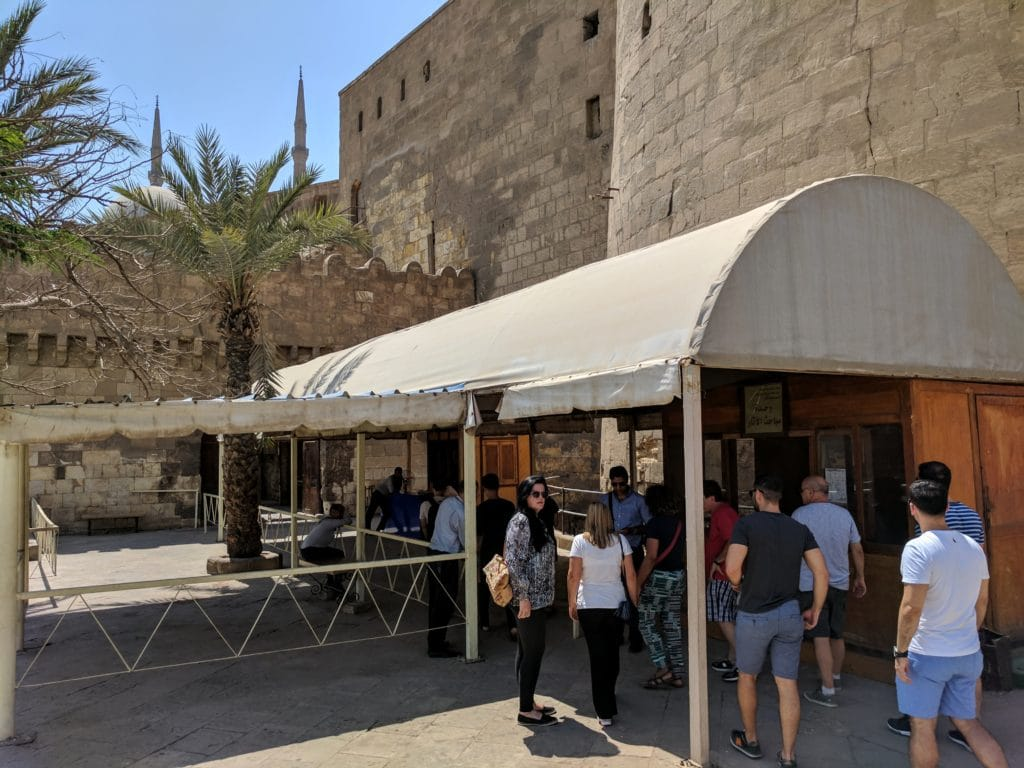 Turistas prestes a visitar a Mesquita de Alabastro.