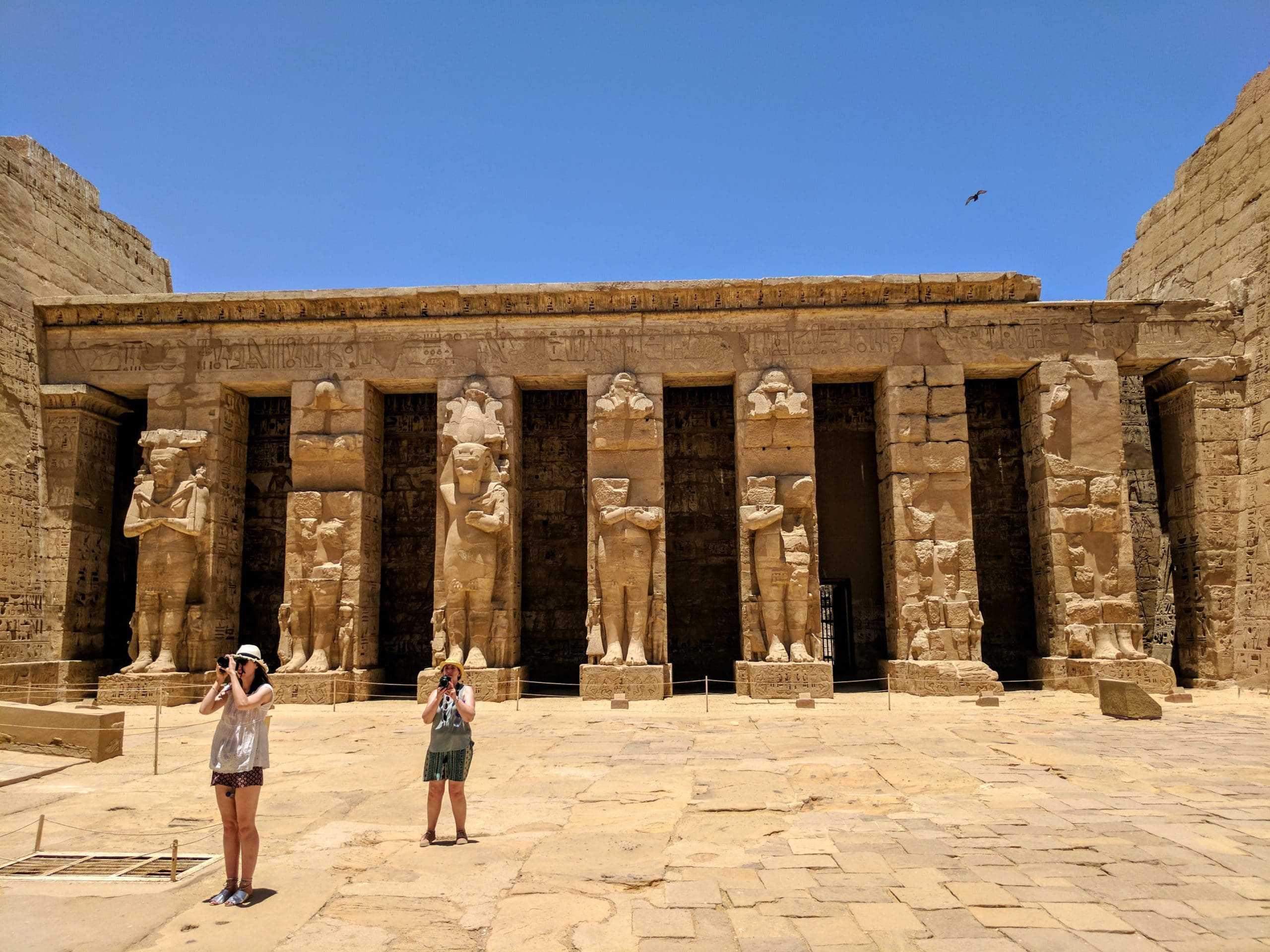 A questão sobre as roupas para mulheres no Egito não está bem resolvida nesta imagem que mostra duas mulheres em um templo.