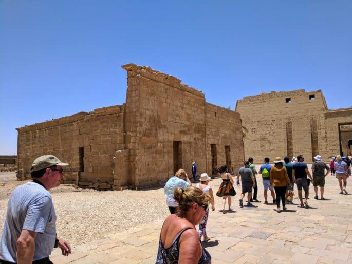 Turistas visitam o Templo de Edfu.