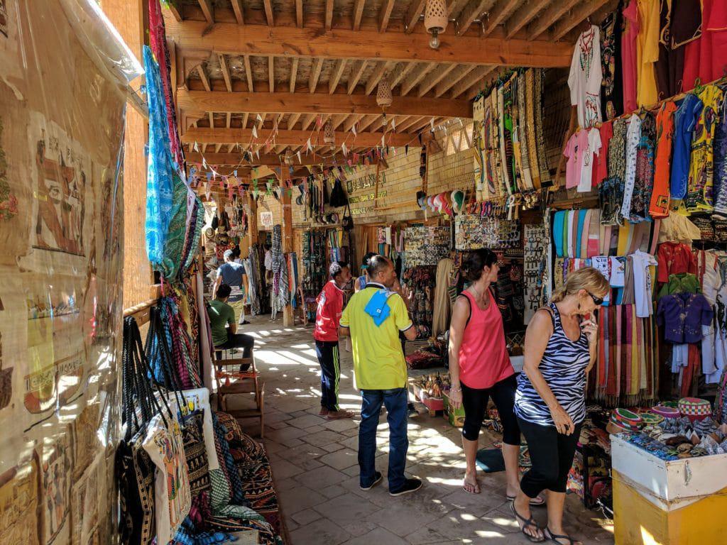 Roupas à venda na área dos Templos de Abu Simbel. Também aqui há diversas roupas para mulheres no Egito.