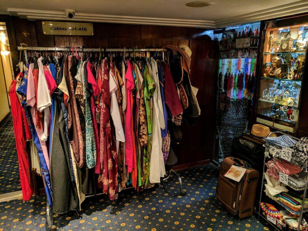 Roupas à venda em loja de navio durante cruzeiro no Nilo. Aqui encontramos muitas roupas para mulheres no Egito.