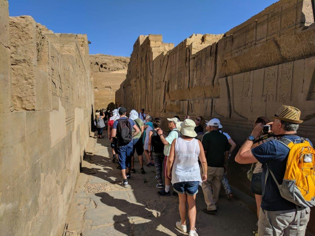 Turistas caminhando no Templo de Kom Ombo.