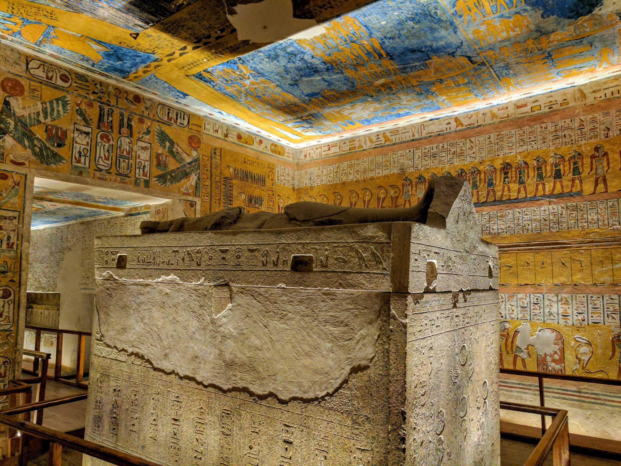 Interior da tumba de Ramsés VI: quando visitar o Egito influencia aqui, pois é difícil fazer esta visita em dias muito quentes.