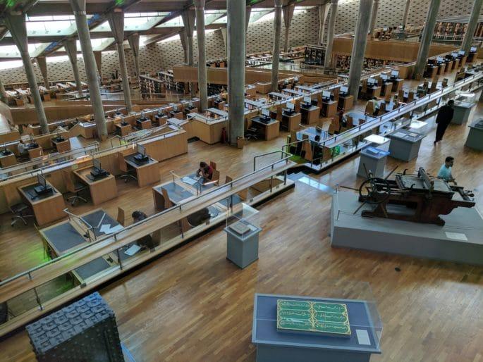 No interior da moderna Biblioteca de Alexandria. Sala de leitura principal.