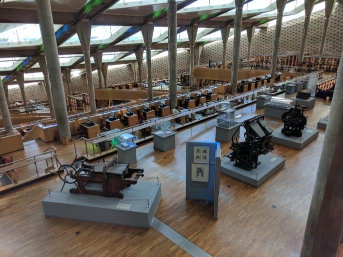 No interior da moderna Biblioteca de Alexandria.
