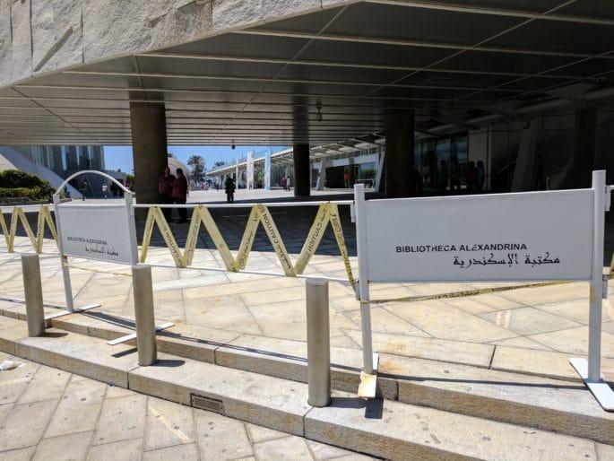 Área externa de acesso à Biblioteca de Alexandria.