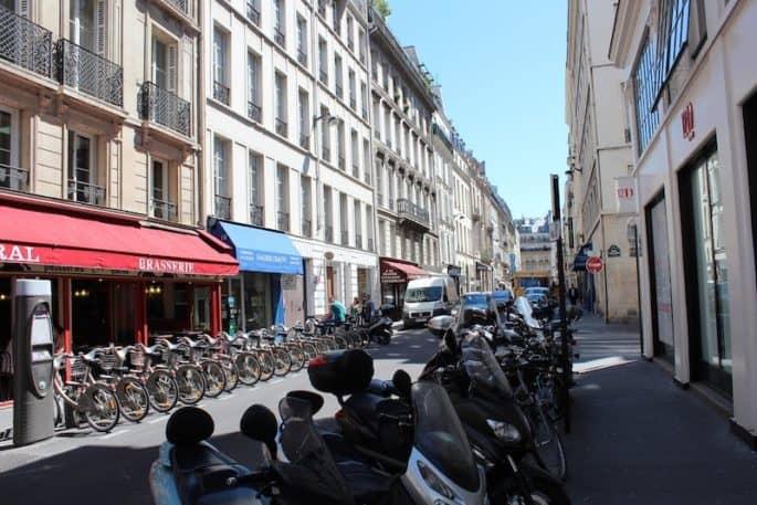 Outra estação de bicicletas em Paris.