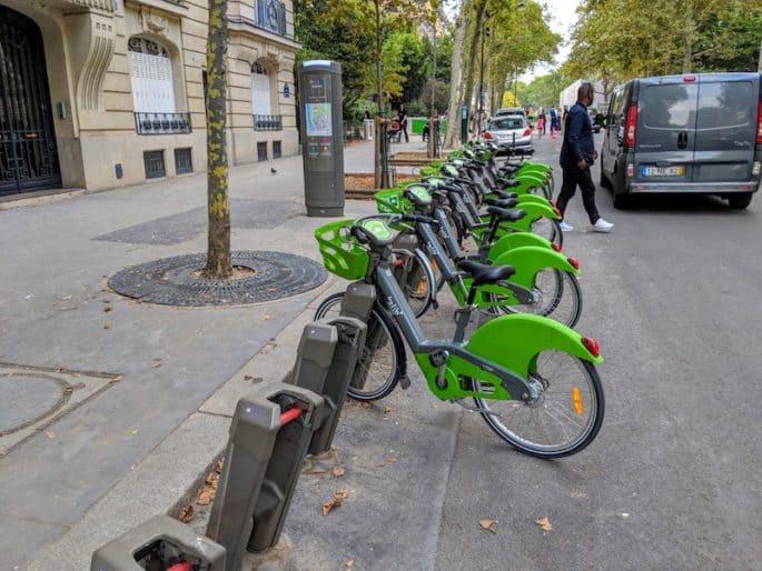 Estação de bicicletas em Paris.