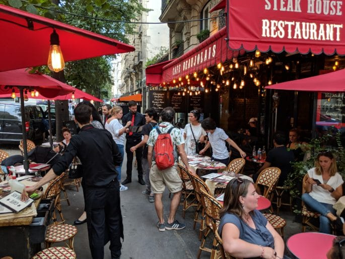Exterior do Cafe Beaujolais, em Paris.