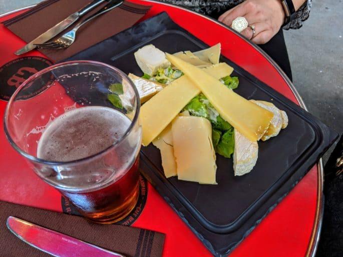 Cerveja e queijo no Cafe Beaujolais.