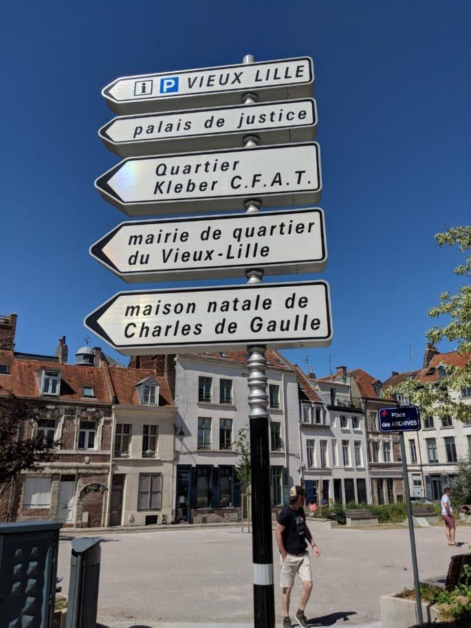 Placa em Lille indica a direção da casa de Charles de Gaulle.