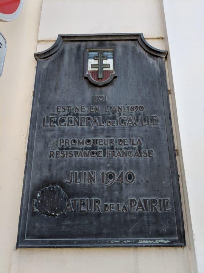 Placa diante da casa de Charles de Gaulle.