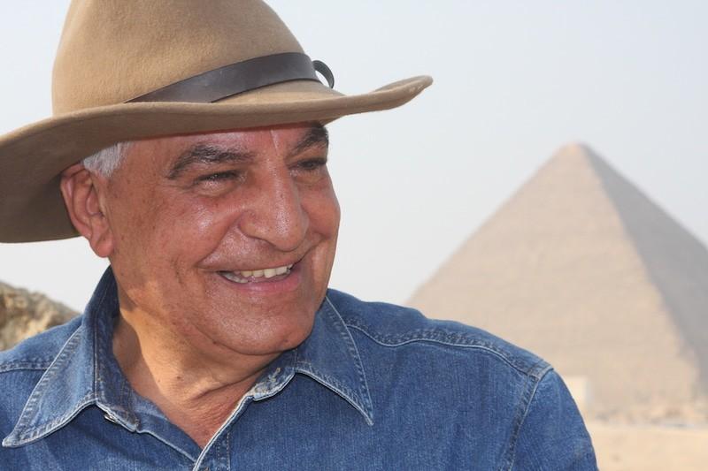 Zahi Hawass diante das Grandes Pirâmides.