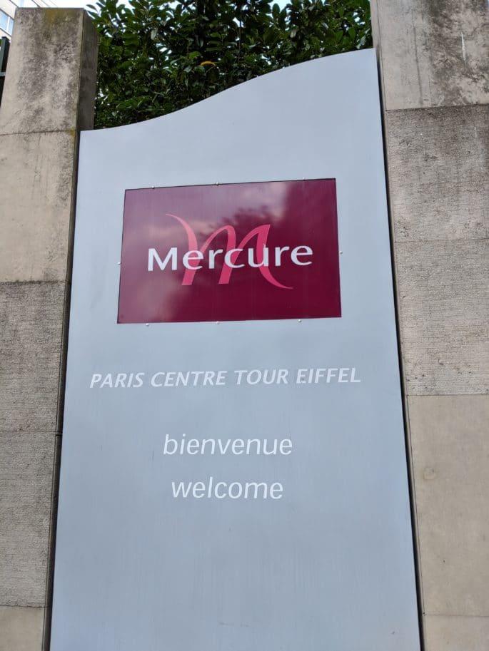 Nome do hotel em Paris, na entrada do prédio.